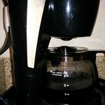 notice gap between top of coffee pot and pause and serve on bottom of filter