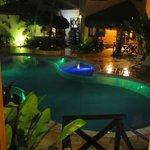 Visão noturna da área da piscina.