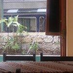 Vista desde el restaurante ubicado en la esquina del hostal.