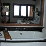 La chambre vue de la salle de bain, avec sa baignoire jaccuzi
