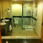 El baño con bañera hidromasaje.