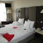 Room 410: Large kingsize bed