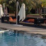 lit au bord de la piscine, c'est le grand luxe