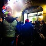 """Традиционная очередь из желающих в ресторан """"Da il Latini"""""""