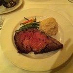 ステーキが柔らかくて美味しい。サラダとマッシュドポテトも美味しかったです。デートにいいお店です。