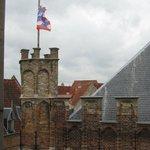 Вид из окна на крепостную стену колокольни