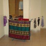 Tendedero para secar la ropa en medio de la habitación ( no había otra opción )