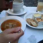 Zuppa di pesce con crostini all'aglio