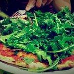 PIzza au jambon, la roquette et sauce tomate