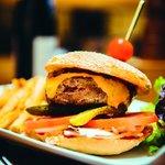 Le Burger du Divil, steak 100 %pur boeuf, Oignons confits...