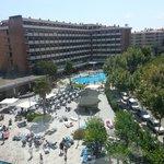 Edificio principal del hotel y piscinas