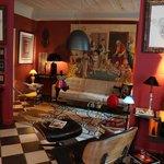 La salle des petits déjeuner a été aménagée avec goût : canapé KNOLL et sculpture Nikki de St Ph