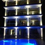 L'hotel illuminato di notte - uno spettacolo vero e proprio
