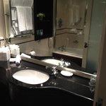 Salle de bain (robinet trop près de la cuvette, éclabousse)