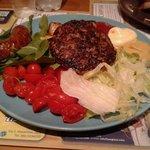 Piatto di carne con contorno di patate e insalata