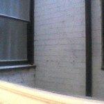 Vue de la chambre : un puits sans air et sans lumière