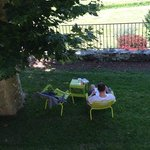 Petit coin sous les arbres, ideal pour un peu de lecture à l'ombre.