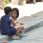 Kinder unterhalten sich vor unseren  Hotel