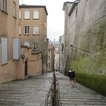 Ascenso-descenso por calle con escaleras