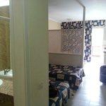 Izquierda baño, dormitorio y comedor/cocina. Frente balcón.