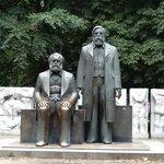 Le statue di Karl Marx e Friedrich Engels a Berlino.