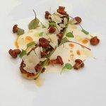 COURGETTE VIOLON  rôtie à la fleur de thym et chorizo,  amandes fraîches pilées « ail et huile d