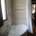 Consola de aire acondicionado detras de cortina para tapar la bañera dentro de la habitacion