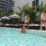 En la hermosa piscina de  planta baja