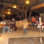 Esperando el Umu con música y baile