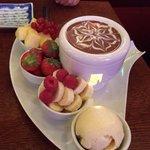Passar att dela på två. Omöjlig att äta upp själv för de flesta. Choklad fondue.