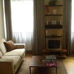 Salon avec canapé, TV, lecteur DVD et mini chaine hifi