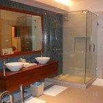 Il grande bagno con vasca e doccia