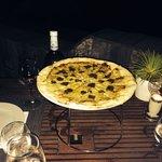 Pizza Cèpes et truffes fraîches. Fantastique en apéro à partager.