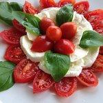 insalata caprese con pomodori pachino