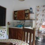 Spazio cucina coperto con angolo cottura