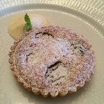 Klassisk dessert: en lille, lun blommetærte med creme fraiche rørt med citronskal. Skøn kage!