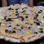 Pizza de pavo olivas y brie.