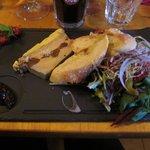 Terrine de foie gras maison avec confiture de figues