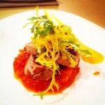 Le Thon Rouge : Pavé de thon mi-cuit, pâte de tomate, jus de mangue, sésame wasabi.