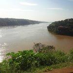 El río Iguazú (derecha) cae al Paraná. Abajo Argentina, a la derecha Brasil, a la izquierda Para