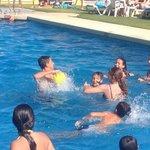 niños con los animadores jugando al waterpolo