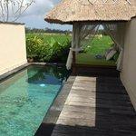 Piscine privative dans chaque villa avec vue sur rizière.