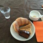 la mia colazione con cornetto fresco, dolce alle mandorle e sacker