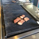 バーベキューコンロで焼くステーキ肉