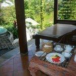 Petit-déjeuner sur la terrasse de la chambre