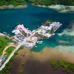 Luftaufnahme mit Hotel, Müllhalde und Schiffswerft