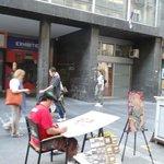 уличные художники и мастера предлагают свои работы