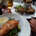 Notre choix à Le Pique: Pavé de Saumon (plat du jour) et Confit de Canard