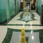 """Pavimento sempre bagnato in tutti gli spazi comuni del """"resort"""" a causa dell' escursione termica"""