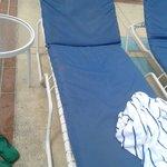 Stato dei lettini in piscina...non se ne salva uno!!!!